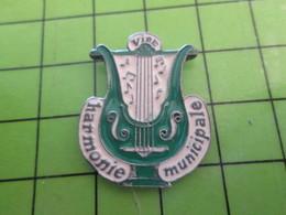 715d Pin's Pins / Beau Et Rare : Thème MUSIQUE / HARMONIE MUNICIPALE DE VIRE CALVADOS NORMANDIE - Musica