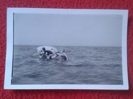 ANTIGUA FOTOGRAFÍA FOTO OLD PHOTO PLAYA MAR SEA PLAGE ? GRUPO DE PERSONAS EN BARCA DE GOMA EN EL AGUA BAÑISTAS SPAIN ? - Personas Anónimos