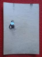 ANTIGUA FOTOGRAFÍA FOTO OLD PHOTO PLAYA MAR SEA PLAGE ? JOVEN NIÑO EN EL AGUA PORTUGAL ? SPAIN ? FRANCE ? VER BOY CHILD - Personas Anónimos