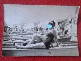 ANTIGUA FOTOGRAFÍA FOTO OLD PHOTO PLAYA MAR SEA PLAGE ? MUJER TOMANDO EL SOL CON GAFAS WOMAN GIRL FEMME SPAIN? FRANCE ? - Personas Anónimos