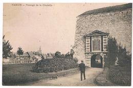 CPA  Dos Non Divisé : NAMUR Passage De La Citadelle - Porte Bordial  , Homme Et Petit Chien - Namur