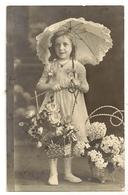 93 - Fillette Portant Une Ombrelle Et Un Panier De Fleurs - Retratos
