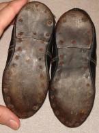 Très Anciennes Chaussures Pour Enfant En Cuir Avec Semelles Cloutées Datant De 1900-1930 - Shoes