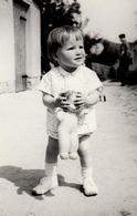 Photo Originale Jeune Fillette Et Sa Poupée Dans L'Allée Vers 1960/70 - Objects