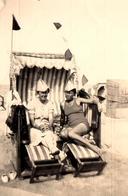 Photo Originale Plage & Maillot De Bain Avec Bicorne De Papier Journal & Duo De Pin-Up Sexy En Cabine De Plage 1930/40 - Pin-Ups