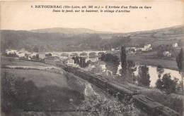 43-RETOURNAC- L'ARRIVEE D'UN TRAIN EN GARE, DANS LE FOND, SUR LA HAUTEUR LE VILLAGE D'ARZILLAC - Retournac