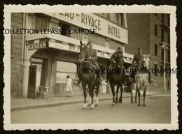 TOP LE HAVRE - 40 RUE CHAMPLAIN - 3 SOLDATS ET CAVALIERS ALLEMANDS DEVANT L' HOTEL BEAU RIVAGE - 1940 GUERRE OCCUPATION - Le Havre