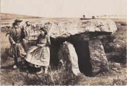 Br - Cpsm Grand Format PLOMODIERN (Finistère) - Dolmen De Ste Marie Du Menez Hom - Paysans Bretons - Plomodiern