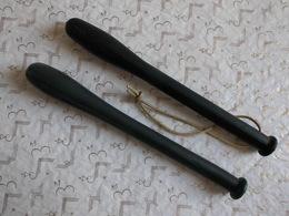 2 Authentiques Matraques Caoutchouc Plombées 2 X 26 Cm De Rigueur En Mai 1968... - Politie & Rijkswacht