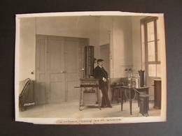 Photo Originale Henri Manuel 1920 Arsene D'arsonval Inventeur Dans Son Laboratoire Premier Telephone Agrée PTT 51 - Célébrités