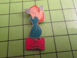 918b Pin's Pins / Beau Et Rare : Thème PIN-UPS / ROUSSE A FORTE POITRINE SERVEUSE CHEZ QUICK - Pin-ups