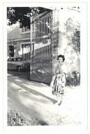 Photo Amateur Femme Devant Portail, Automobile Simca Aronde - Automobiles