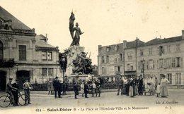 52 SAINT-DIZIER - La Place De L'Hôtel-de-Ville Et Le Monument - Très Animée - Saint Dizier