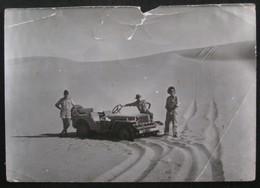 Guerre D'Agérie - Photo Noir & Blanc - Soldats Français / Jeep Dans Le Désert - Guerre, Militaire