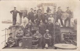 Alte Fotopostkarte Aus Dem 1. Weltkrieg -Matrosen Des Minenkreuzers Arcona- - Ausrüstung