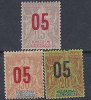 Madagascar N° 111 / 13 X Partie De Série : Timbres 1896 / 1900 Surchargés Les 3 Valeurs Trace De Charnière Sinon TB - Nuovi