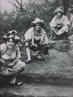 Cpa Photo 3 FEMMES ACCROUPIES URINANT , EN BERRY LA ROSéE DU MATIN , Urine Urophilie  OLD PC  3 WOMEN URINATING URINE - Femmes