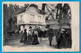 CPA EXPOSITION UNIVERSELLE De PARIS 1900 (près Pilier De La Tour Eiffel) LES COUVEUSES D'ENFANTS - Exhibitions
