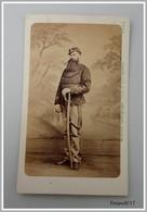 Photo CDV  - Soldat  Régiment  Artillerie ? Vers 1870 (à Identifier) - Grande Barbe, Sabre - Photo MEVIUS Rennes - Guerra, Militares