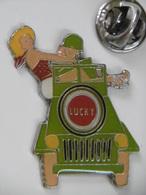 Pin's - La PIN-UP LUCKY Dans Les Bras D'un Soldat Au Volant D'une Jeep - Pin-ups