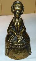 ANCIENNE CLOCHE CLOCHETTE SONNETTE DE TABLE En Bronze BRETONNE COIFFE BIGOUDENE - Cloches
