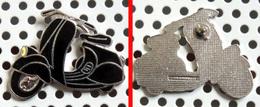 1 Pin's Scotter VESPA Faro Basso émaillé NOIR Chromé (Démons & Merveilles) - Motos