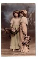 2 Jeunes Filles Avec Des Bouquets - Voir état - Autres