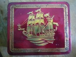 Tee-Blechdose Mit Geprägtem Motiv Eines Segelschiffs Und Dekor 1960er Jahre - Cannettes
