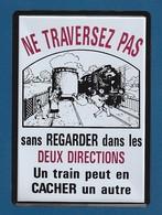 Carte METAL Grand Format 200X150 UN TRAIN PEUT EN CACHER UN AUTRE  :Très Très Bon état  Poids Poste 60 Gr : - Tin Signs (after1960)