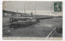 TROUVILLE - N° 97 - ARRIVEE DU BATEAU L' AUGUSTIN NORMAND - DECHIRURE EN HAUT A DROITE - CPA  VOYAGEE - 14 - Ferries