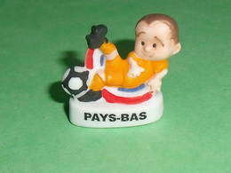 "Fèves / Sports : Foot , Pays Bas  "" Mat ""       T13 - Sport"