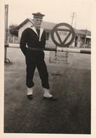 Rare Photo D'un Marin Devant Entrée De Base Années 50-60 - 1939-45