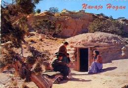 Navajo Family At The Entrance Of Their Hogan - Formato Grande Viaggiata – E 7 - Non Classificati