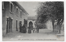 LA LOUVESC - N° 5707 - LA PLACE DE LA FONTAINE MIRACULEUSE AVEC PERSONNAGE - CAFE - PETITES USURES - CPA NON VOYAGEE - La Louvesc