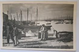 Carte Photo Unique Douarnenez Le Port Vieux Pecheur Assis Vers 1935-1937 - Douarnenez