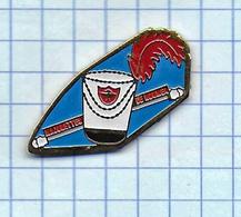 Pin's Pins / THEME ASSOCIATION - MAJORETTES MOJORETTE NOUMEA Baton Châpeau Plûme Nouvelle-Calédonie Outre Mer - Associations