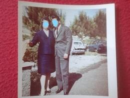 FOTO FOTOGRAFÍA OLD PHOTO PAREJA HOMBRE MUJER COUPLE AL FONDO COCHE COCHES CAR SEAT 600 ? FIAT 500 ? ITALY ? SPAIN ? VER - Coches