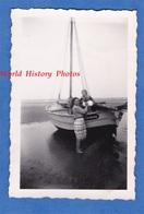 Photo Ancienne Snapshot - SAINTE MARIE DU MONT ( Manche ) - Femme & Enfant Sur Bateau De Cherbourg - 1952 - Normandie - Schiffe