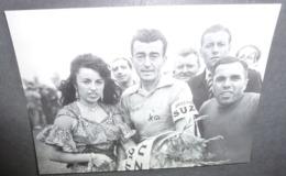 Carte Postale : 1954, Louison Bobet En Maillot Jaune Aux Côtés De L'accordéoniste Yvette Horner (vélo - Cyclisme) - Cyclisme