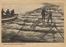 Eine Balkensperre Wird Ausgebracht - Deutscher Marine-Kalender 1942 - Pose De Barrière Anti-intrusion - Matériel