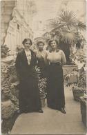 CPA Carte Photo Trois Jeunes Femmes élégantes Posant Dans La Cour D'un Hôtel De Luxe - Photographie
