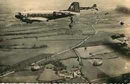 280818 - AVIATION AVION PARACHUTISME - Photo COLLIN CHAVILLE - Avion 56 K2100528  Saut Parachute Militaria - Parachutisme