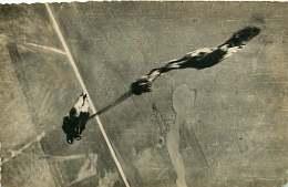 280818 - AVIATION AVION PARACHUTISME - Photo COLLIN CHAVILLE - Saut Parachute Militaria Aérodrome - Parachutisme