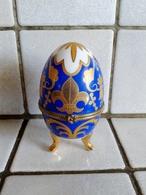 Oeuf En Porcelaine Décor Fleurs De Lys Fermeture Fleur ( D'autres Sur Le Site) - Eggs