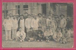 Carte Photo De 1910 Maçons Creusois A Paris Ecrivant A Sa Famille En Creuse - Cachets Au Verso - France