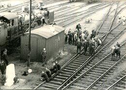 """PHOTO 13X18 DE PRESSE """" S.N.C.F.GREVE CONTRE LA VIE CHERE AU DEPOT LA VILLETTE """" - Lugares"""