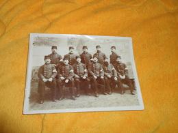PHOTO ANCIENNE DATE ?. / COMPAGNIE OU REGIMENT A IDENTIFIER. INFIRMIERS BRASSARD CROIX ROUGE AUX BRAS. - Guerre, Militaire