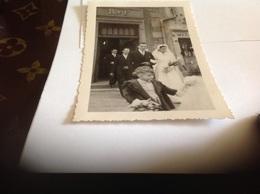 Photo Noir Et Blanc Bord Blanc 1949 Femme Homme  Enfants Mariage Saulxures Vosges Eglise - Personnes Anonymes