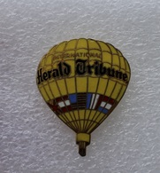 Pin's MONTGOLFIERE Balloon Herald Tribune International PRESSE . 28X36 Mm - Airships