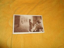 CARTE POSTALE ANCIENNE CIRCULEE DE 1922. / LIEU NON SITUE. UNE RUE...HOMME ARME - Cartes Postales